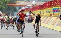 Cua-rơ 20 tuổi Huỳnh Thanh Tùng chiến thắng tại Nam Định