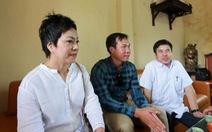 Xạ thủ Hoàng Xuân Vinh tặng quà người khuyết tật huyện Đông Anh