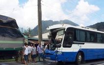 Xe tải cứu xe khách mất thắng đang đổ đèo Bảo Lộc