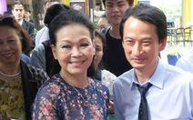 Đạo diễn Trần Anh Hùng tặng sách cho ca sĩ Khánh Ly