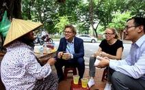 Tân Đại sứ Thuỵ Điển ngồi vỉa hè Hà Nội uống trà đá
