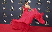 Sao nữ khoe váy áo rực rỡ ở thảm đỏ Emmy 2016