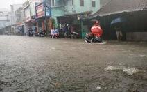 Mưa lớn, nhiều đường ở Huế ngập nặng