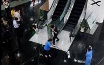 Mưa lớn, nước đổ xối xả trong tòa nhà Bitexco TP.HCM