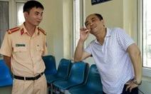 Nhà báo dỏm say rượu tông xe vào cổng UBND tỉnh