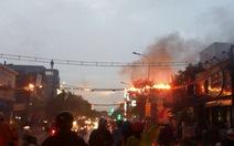 Đường dây điện cháy nổ trong mưa