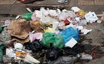 Nước ngập, những người nhét rác vào cống có vô can?