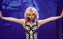 Ồ, Britney Spears lại hát dưới ánh đèn sân khấu