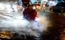 Đường ngập nặng, chạy xe máy làm sao để không chết máy?