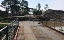 Đường dẫn cầu phao sông Hóa sạt lở