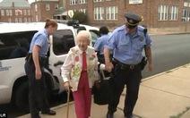 """Bà cụ 102 tuổi được cảnh sát còng tay giải đi """"cho vui"""""""
