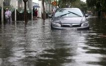 Thợ sửa xe hơi chỉ cách lái xe qua đường ngập