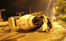 Nổ lốp, xe trộn bê tông lật nhào trên xa lộ