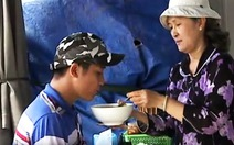 Tình người Sài Gòn: bà bán bún nuôi anh bán vé số