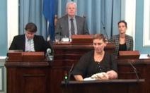 Sửng sốt với nữ nghị sĩ vừa phát biểu vừa cho con bú