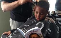 Trẻ đọc sách được tiệm cắt tóc giảm giá tiền