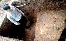 Tìm lăng mộ vua Quang Trung: thấy nền đá dạng tường thành