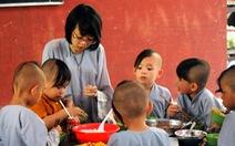 Ăn cơm chùa, quyết học thành người có ích
