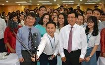 """Phó Thủ tướng chụp """"wefie"""" cùng tân sinh viên"""