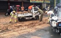 CSGT Tân Sơn Nhất đội mưa xúc, quét bùn cát ngập đường
