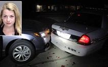 Vừa lái xe vừa chụp khỏa thân gửi bạn trai nên tông xe cảnh sát