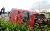 Xe khách lật nghiêng, nhiều hành khách thoát chết