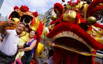 Hàng ngàn người xem lân sư rồng diễn trên phố đi bộ