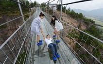 Hai cô gái kéo các chàng trai run rẩy qua cầu đáy kính