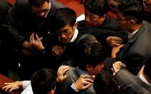 Nghị sĩ Hong Kong lại nổi loạn, 4 nhân viên an ninh vào viện