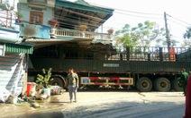 Xe tải chở quặng lao vào nhà dân, 2 người chết
