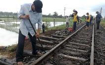 Sạt lở trên đường sắt, tàu lửa đứng bánh tại Tuy Hòa