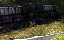 Tông sập tôn hộ lan trên cao tốc, xe tải lật ngang