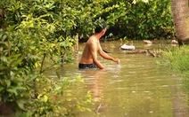 Nước tràn bờ bao sông Sài Gòn, dân lại lội nước