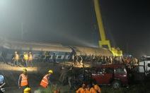 Ấn Độ trắng đêm tìm nạn nhân lật xe lửa, 120 người chết