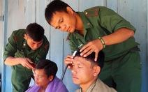 Chiến sĩ biên phòngcắt tóc miễn phí cho dân