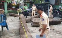 Tạm giữ xe vận chuyển 17m3 gỗ hương nghi vi phạm