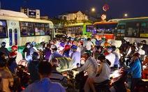 Tối thứ bảy vòng xoay Lê Quang Định - Phạm Văn Đồng kẹt cứng