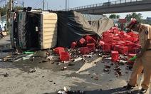Xe tải chở bia lật đè 2 người bị thương