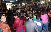 Tiểu thương nhảy múa ăn mừng sau đối thoại với chủ tịch tỉnh