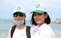 Việt Trinh, Trung Trần cùng du khách nhặt rác tại Phú Quốc