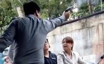 Giám đốc công ty bảo vệ nổ súng, gí vào đầu phụ nữ