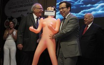 Bộ trưởng kinh tế Chile gặp rắc rối với món quà búp bê tình dục