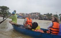 Du khách bì bõm chụp hình giữa biển nước Hội An