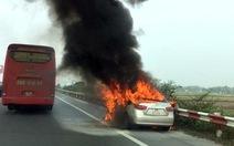 Clip ôtô cháy ngùn ngụt trên cao tốc Pháp Vân - Cầu Giẽ