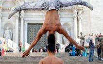Nghệ sĩ xiếc Việt Nam chồng đầu leo 90 bậc thềm nhà thờ Girona