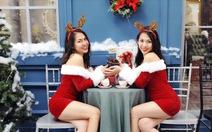 Bạn trẻ chụp ảnh Giáng sinh vui nhộn và làm từ thiện