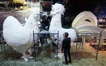 Du khách đến đường hoa tết Đinh Dậu ngắm gà cao 3,5m