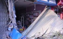 Xe container mất lái húc ba nhà dân lúc rạng sáng