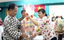 Tuổi Trẻ trao quà cho các gia đình khó khăn Q.Tân Phú