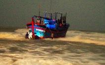 Giải cứu tàu cá 420CV mắc cạn tại cửa biển Đà Diễn